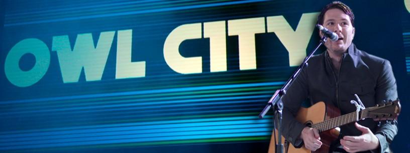 Owl City séduit avec sa guitare Lâg Tramontane